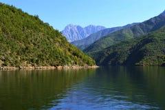 Río en las montañas Foto de archivo libre de regalías