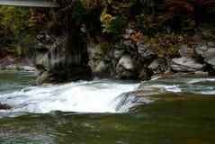 Río en las montañas Imágenes de archivo libres de regalías