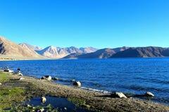 Río en las montañas ahumadas imágenes de archivo libres de regalías