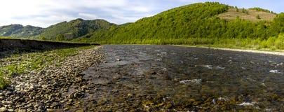 Río en las montañas cárpatas Fotos de archivo