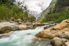 Río en las montañas de Himalaya Imagen de archivo libre de regalías