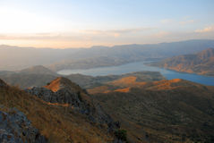 Río en las montañas de Uzbekistán en el amanecer Imagen de archivo libre de regalías