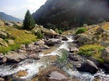 Río en las montañas del macizo de Besiberri Foto de archivo libre de regalías