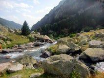 Río en las montañas del macizo de Besiberri Foto de archivo
