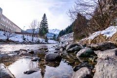 Río en las montañas durante invierno Imagen de archivo libre de regalías