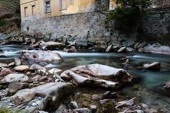 Río en las montañas durante invierno Imagen de archivo