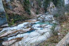 Río en las montañas durante invierno Foto de archivo libre de regalías