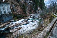 Río en las montañas durante invierno Fotos de archivo libres de regalías