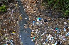 Río en los tugurios de Kibera, Nairobi, Kenia Foto de archivo