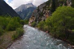 Río en montañas del Shan de Tian Foto de archivo libre de regalías