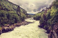 Río en montañas, Noruega de Stranda Foto de archivo