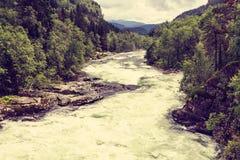 Río en montañas, Noruega de Stranda Imagenes de archivo