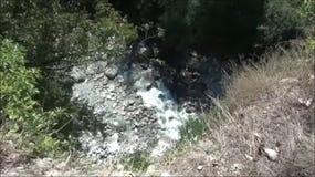Río en montañas profundamente en Montenegro, Europa almacen de metraje de vídeo