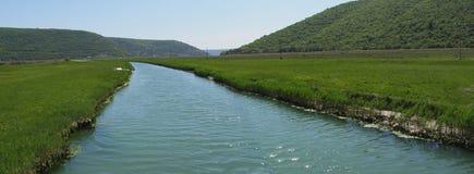 Río en panorama del valle verde Fotos de archivo libres de regalías