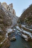 Río en paso de montaña Fotos de archivo