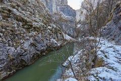 Río en paso de montaña Imagenes de archivo