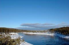 Río en Suecia foto de archivo