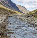 Río en un valle de la montaña Foto de archivo