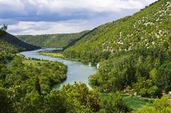 Río entre las montañas Foto de archivo