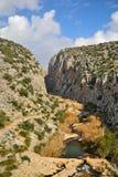 Río entre las montañas fotografía de archivo
