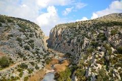 Río entre las montañas imagen de archivo