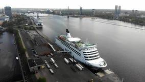 río estático aéreo del Daugava de la visión 4k, barco de cruceros Talink, arquitectura de Riga en Letonia almacen de video