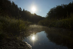 Río estrecho en el amanecer Fotos de archivo libres de regalías