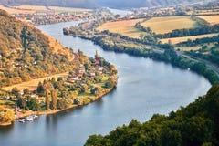 Río europeo Elba en el pueblo de Cirkvice cuando está visto del puesto de observación de los kamen de Mlynaruv en área turística  Fotografía de archivo libre de regalías