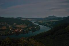 Río europeo Elba en el pueblo de Cirkvice cuando está visto del puesto de observación de los kamen de Mlynaruv en área turística  Foto de archivo