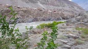 Río fangoso que corre a través de las montañas secas de la roca almacen de video