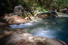 Río fluído de la montaña en las montañas europeas Imagen de archivo libre de regalías