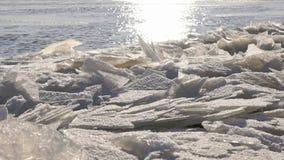 Río frío con un lof de pequeños racimos de hielo metrajes