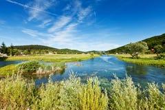 Río Gacka cerca de OtoÄac, Croatia Fotografía de archivo libre de regalías