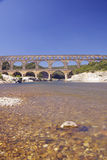 Río Gard y el Pont du Gard, Nimes, Francia fotografía de archivo libre de regalías