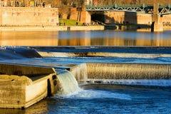 Río Garona de Toulouse (Francia) del Bazacle Fotografía de archivo