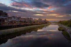 Río Gion próximo de Kamogawa en puesta del sol fotos de archivo