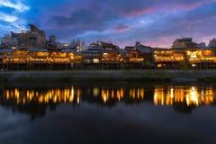Río Gion próximo de Kamogawa en puesta del sol foto de archivo libre de regalías