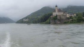 Río grande en un valle europeo: de niebla Foto de archivo