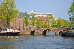 Río hermoso con las naves, la ermita y el puente Imagen de archivo