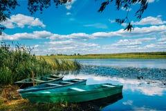 Río hermoso con los barcos de madera en él Fotos de archivo libres de regalías