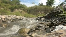 Río hermoso de Kawatuna de Palu Central Sulawesi Indonesia almacen de video