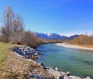 Río hermoso Isar y Mountain View Imágenes de archivo libres de regalías