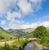 Río hermoso Mickleden Beck Langdale Valley del distrito del lago por la mazmorra vieja Ghyll Cumbria Inglaterra Reino Unido Reino foto de archivo