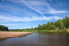 Río hermoso que fluye en el campo en un día soleado Fotografía de archivo libre de regalías