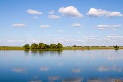Río hermoso y prado amarillo Imagen de archivo