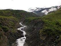 Río Himalayan con el glaciar Fotos de archivo