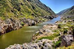 Río impresionante en montañas imágenes de archivo libres de regalías