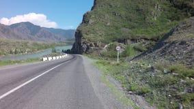 Río Katun de la montaña a lo largo de Chuysky Trakt almacen de metraje de vídeo