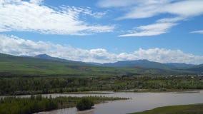 Río Kura y el valle cerca de la ciudad Uplistsikhe de la cueva en Georgia metrajes