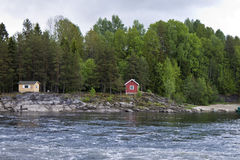 Río Lagen con las casas típicas Imagen de archivo libre de regalías